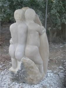 """""""מארג אנושי"""". מפסליו של רמי פלדשטיין בגן הפסלים שלו במנוף."""