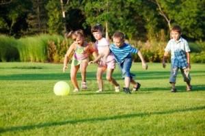 ילדים משחקים בכדור