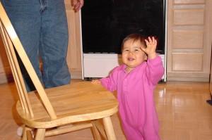 ילד דוחף כסא