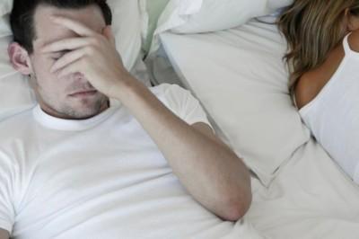 גבר עצוב במיטה